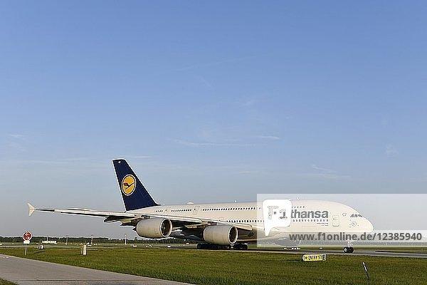 Lufthansa  Airbus  A380-800  rollend auf Taxiway (Rollweg) zur Startbahn Süd  für Start  Flughafen München  Oberbayern  Bayern  Deutschland  Europa