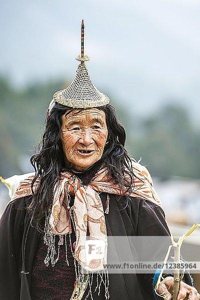 Alte Frau mit traditionellen Hut vom Bergvolk der Laya  Gasa Distrikt  Himalaya-Region  Bhutan  Asien Alte Frau mit traditionellen Hut vom Bergvolk der Laya, Gasa Distrikt, Himalaya-Region, Bhutan, Asien