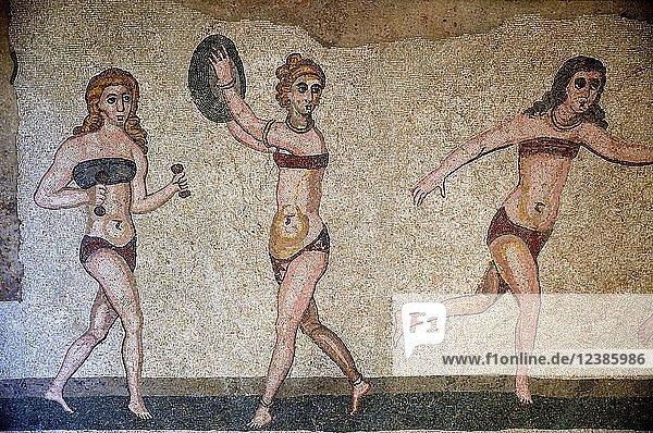Bodenmosaik von drei Frauen im Bikini beim Sport  Saal der Bikini-Mädchen  Villa Romana del Casale  römische Villa aus dem 4. Jahrhundert n. Chr.  Piazza Armerina  Provinz Enna  Sizilien  Italien  Europa
