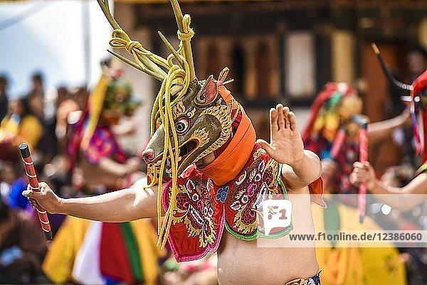Tänzer beim Maskentanz  religiöses Tsechu Klosterfest  Gasa Tshechu Festival  Gasa Distrikt  Himalaya-Region  Königreich Bhutan