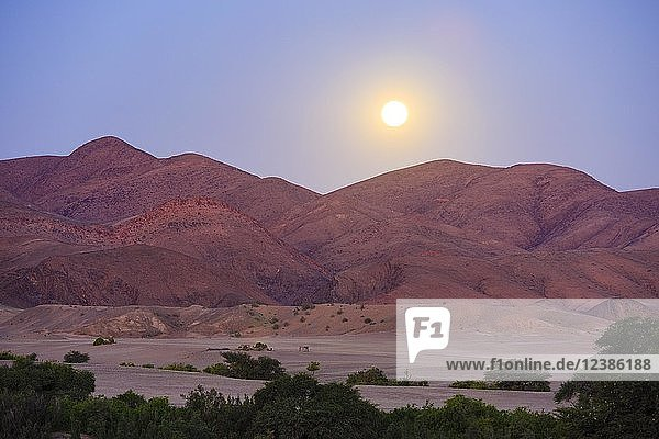 Mondaufgang über den Bergen  Vollmond  Purros  Region Kunene  Namibia  Afrika