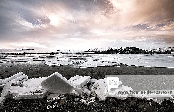Eisschollen am Rand der Gletscher Lagune Jökulsárlón  Gletschersee  Sonnenuntergang  Südrand des Vatnajökull  Südostisland  Island  Europa