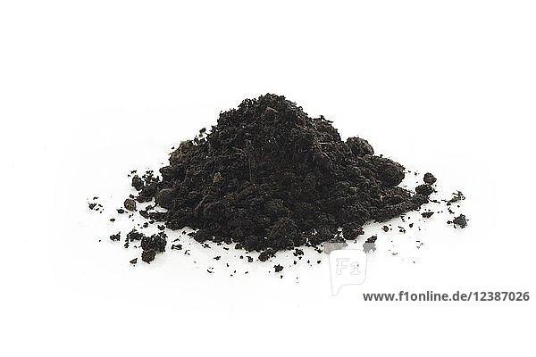 Kompost  organischer Dünger  Bodenverbesserung  Einsatz im Gartenbau  Studioaufnahme  weißer Hintergrund  Freisteller