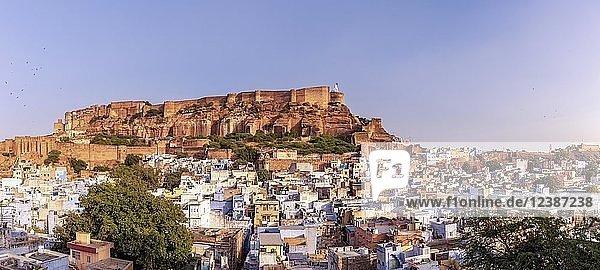 Panorama der blauen Stadt mit Mehrangarh Fort  Jodhpur  Rajasthan  Indien  Asien