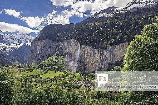 Ortsansicht  Lauterbrunnen mit Staubbach-Fällen  Interlaken-Oberhasli  Bern  Schweiz  Europa