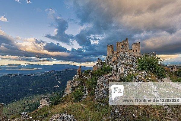 Burg Rocca Calascio bei Sonnenuntergang  Gran Sasso  Abruzzen  Italien  Europa