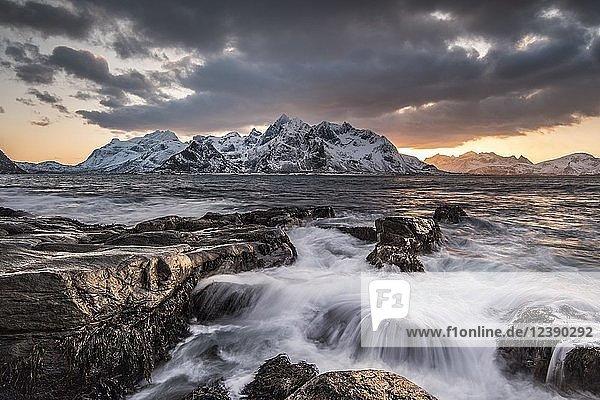 Küste bei Vareid  Flakstadøya  Lofoten  Norwegen  Europa
