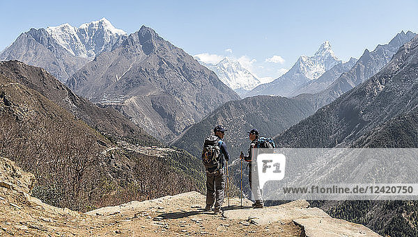 Nepal  Solo Khumbu  Everest  Sagamartha National Park  Maountaineers looking at Mount Everest