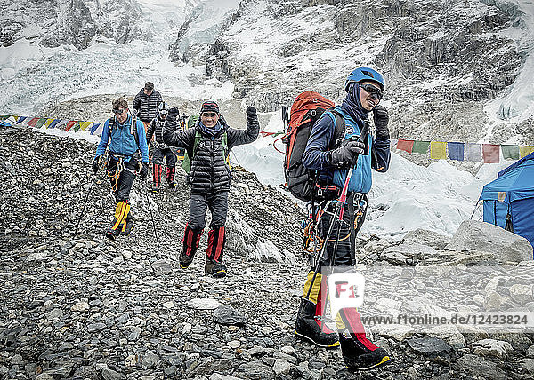Nepal  Solo Khumbu  Everest  Sagamartha National Park  Mountaineers arriving at the base camp