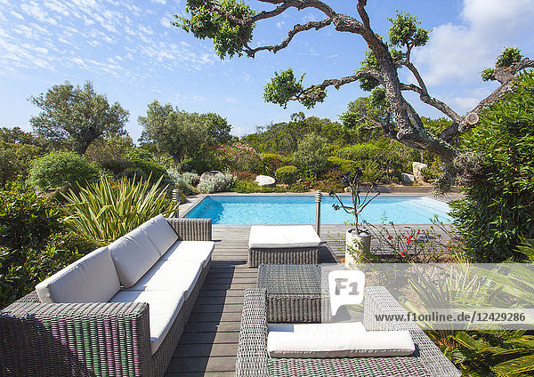 Garten mit Sitzmöbel und Pool