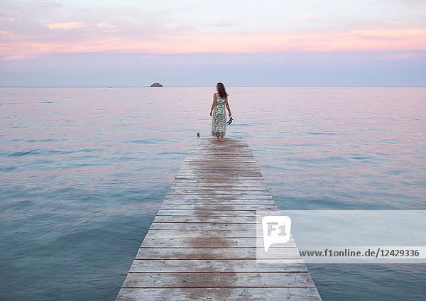 Frau steht auf Steg  Korsika