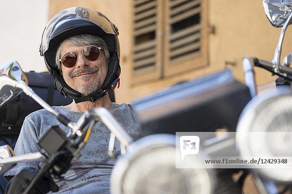 Mann sitzt auf Motorrad  Trike