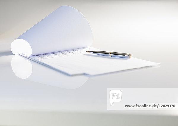 Weißes Papier und Kugelschreiber