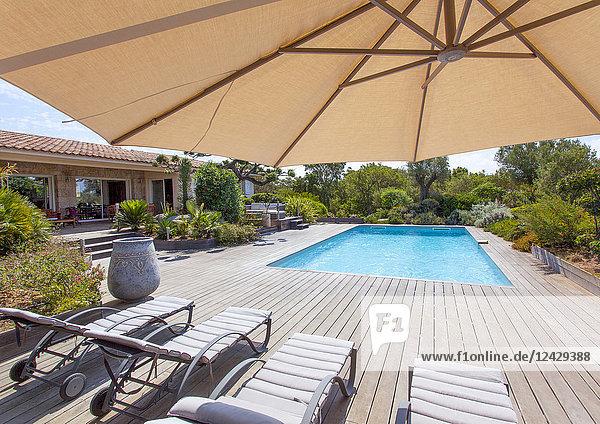 Ferienhaus mit Terrasse und Pool