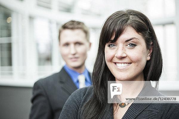 Porträt einer jungen kaukasischen Geschäftsfrau