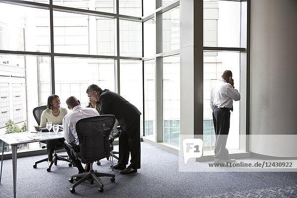 Ein Geschäftsmann aus dem Nahen Osten am Telefon während eines Treffens.