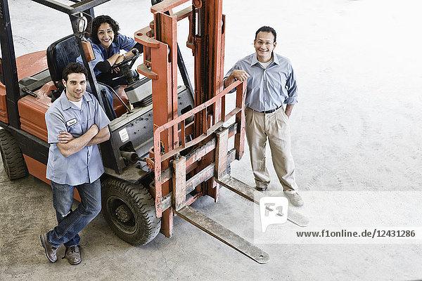 Gemischtes Rennteam aus Arbeitern und Führungskraft in einem Landschaftsbauunternehmen.