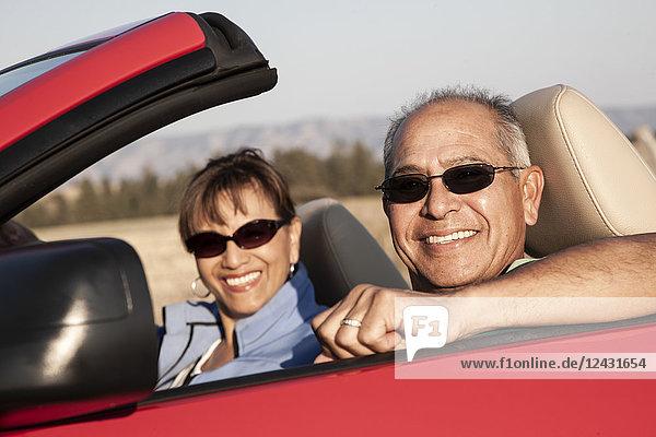 Ein hippes älteres hispanisches Ehepaar auf einer Autoreise im Osten des Bundesstaates Washington  USA.