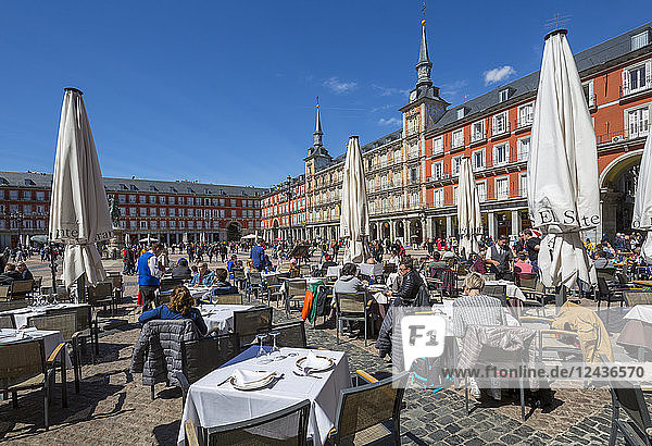 View of Al Fresco restaurants and architecture in Calle Mayor  Madrid  Spain  Europe