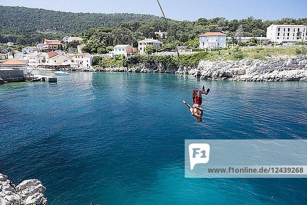 Croatia  Istria  Losinj  Rovenska  Young man bungee jumping