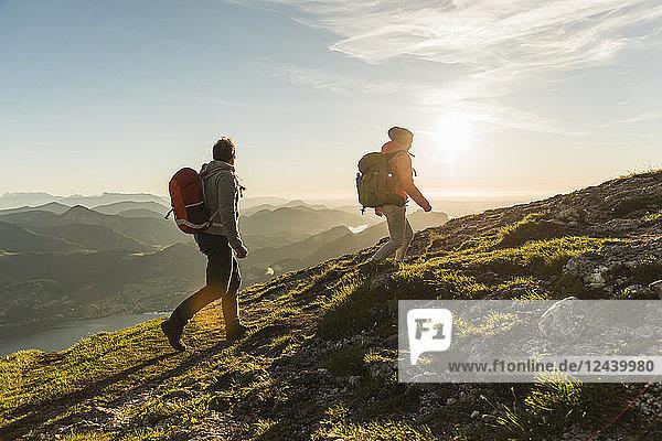 Austria  Salzkammergut  Couple hiking in the mountains