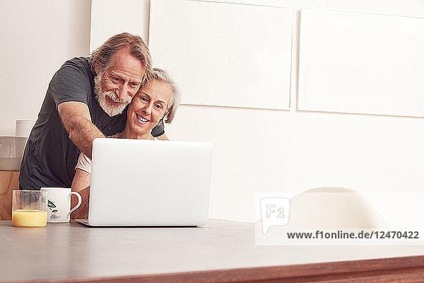 Ein älteres Ehepaar genießt eine Videokonferenz auf einem digitalen Tablet