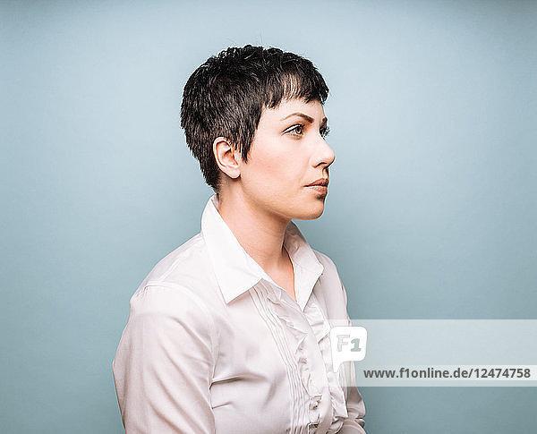 Porträt einer jungen Frau mit kurzen Haaren