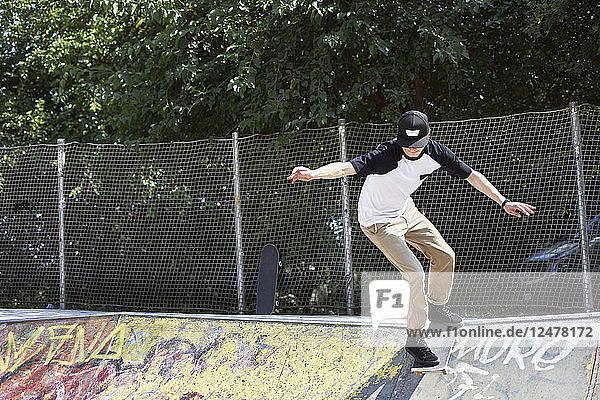 Jugendlicher auf dem Skateboard im Skatepark