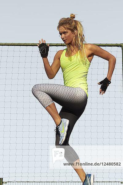 Junge Frau in Strumpfhose beim Sport