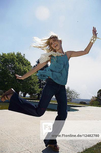 Glückliche junge Frau beim Tanzen