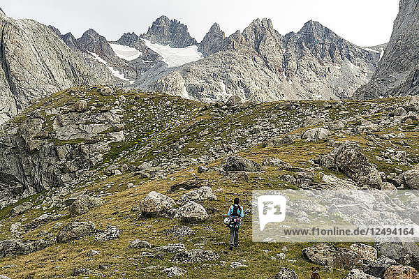 A woman hiking along trail into Titcomb Basin in the Wind River Range  Bridger Teton National Forest  Pinedale  Wyoming.
