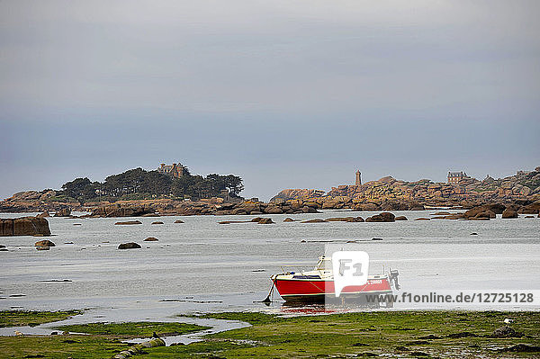 France  Brittany  Cotes-d'Armor department  Ploumanach rocks on the Pink Granite Coast in Perros-Guirec  Mean Ruz lighthouse.