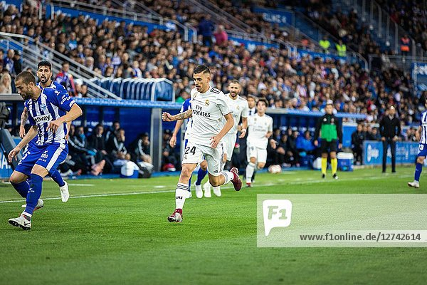 Dani Ceballos competes fot the ball during the La Liga match between Deportivo Alaves and Real Madrid CF at Estadio de Mendizorroza on October 6  2018 in Vitoria-Gasteiz  Spain