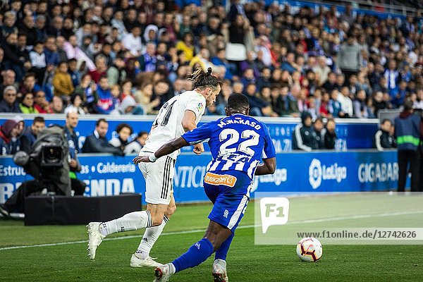 Gareth Bale (L) competes for the ball with Wakaso Mubarak (R) during the La Liga match between Deportivo Alaves and Real Madrid CF at Estadio de Mendizorroza on October 6  2018 in Vitoria-Gasteiz  Spain
