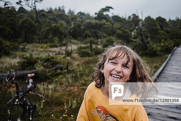 Mädchen im Wald  Tofino  Kanada