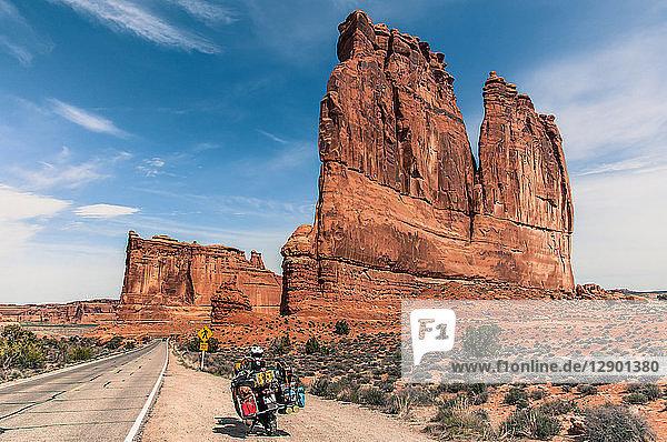 Motorrad auf Trad-Kletterroute  Arches-Nationalpark  Moab  Utah  USA