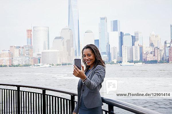 Geschäftsfrau im Selbstversuch,  Skyline von New York City im Hintergrund