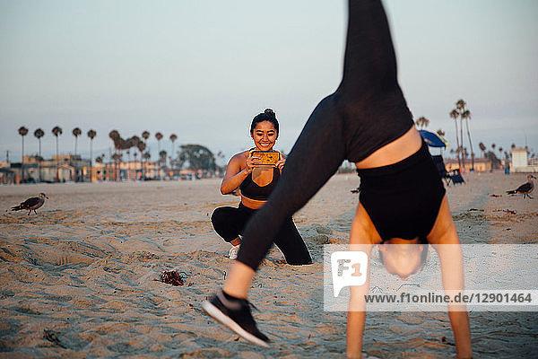 Freunde fotografieren Übung am Strand  Long Beach  Kalifornien  USA