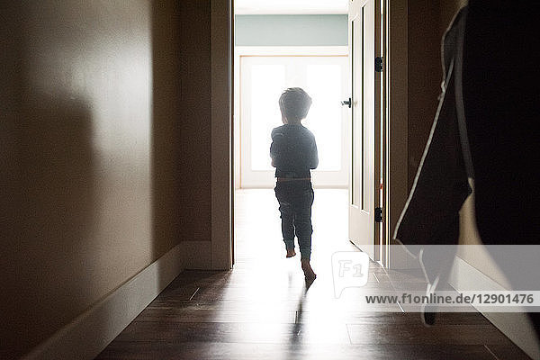 Junge verlässt den Raum