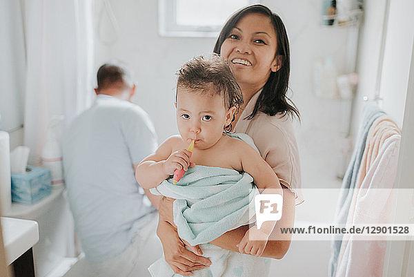 Eltern mit Tochter beim Baden