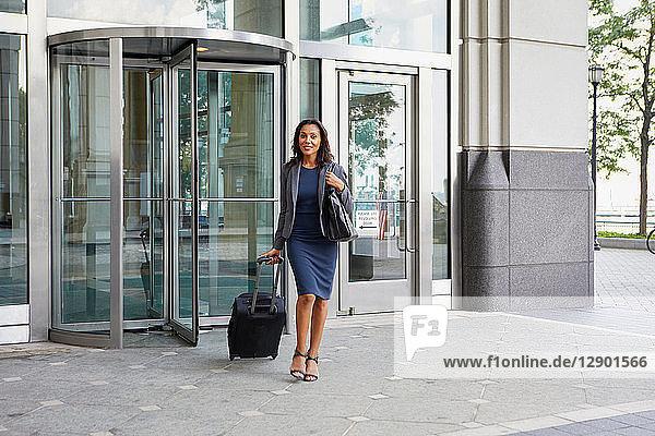 Geschäftsfrau mit Rollgepäck