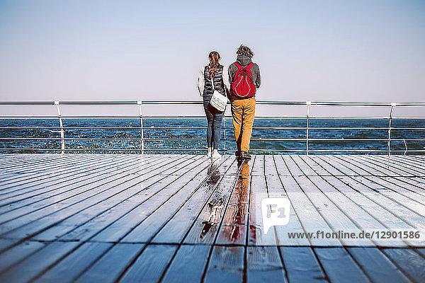 Ehepaar mit Blick aufs Meer