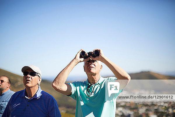 Touristen  die mit dem Fernglas nach oben schauen  Kapstadt  Westkap  Südafrika