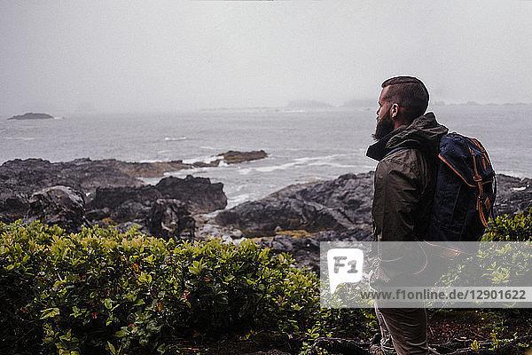 Wanderer mit Blick aufs Meer  Tofino  Kanada