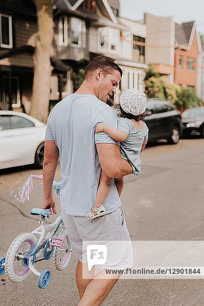 Mann mit Tochter auf der Straße