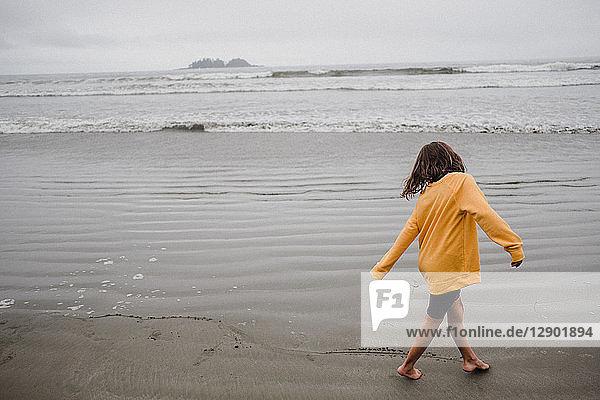 Mädchen spielt am Strand  Tofino  Kanada