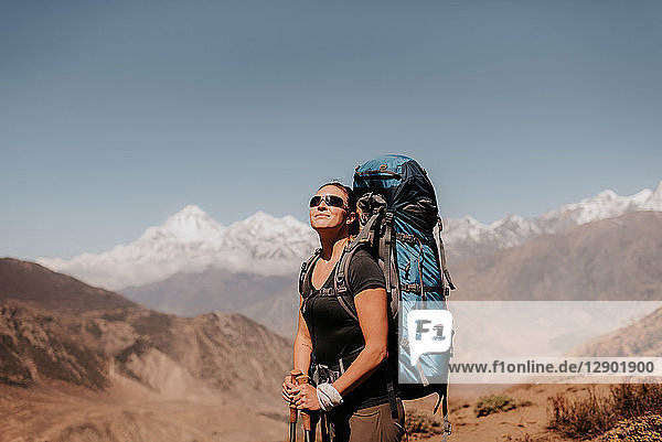 Wanderer auf dem Gipfel  Annapurna Circuit  Himalaya  Dhaulagiri- und Tukuche-Gebirge im Hintergrund  Muktinath  Nepal