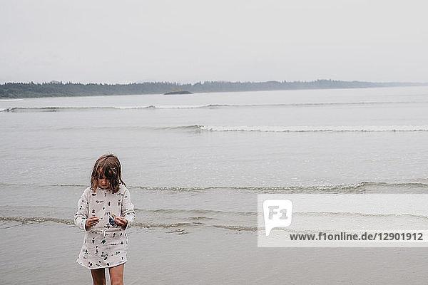 Mädchen am Strand  Tofino  Kanada