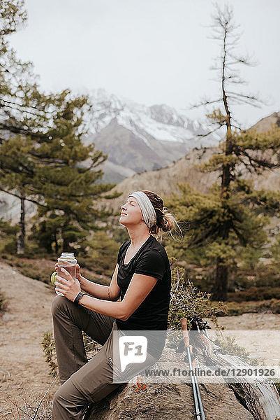 Wanderer macht Pause auf dem Weg  Annapurna-Rundweg in Muktinath  Himalaya  Nepal