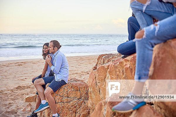 Freunde entspannen am Strand,  Plettenberg Bay,  Western Cape,  Südafrika